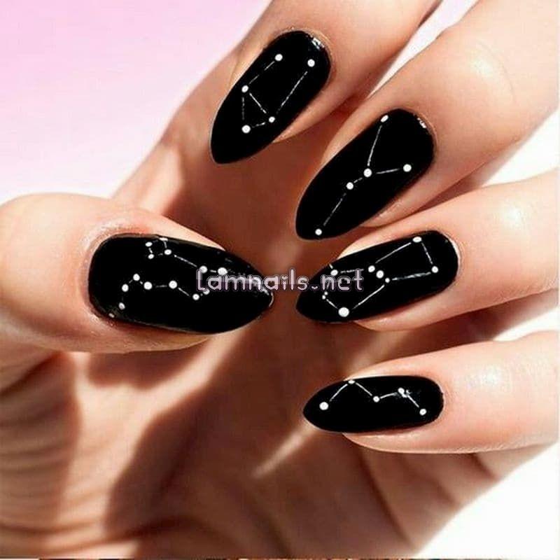 Mẫu nail màu đen vẽ chòm sao