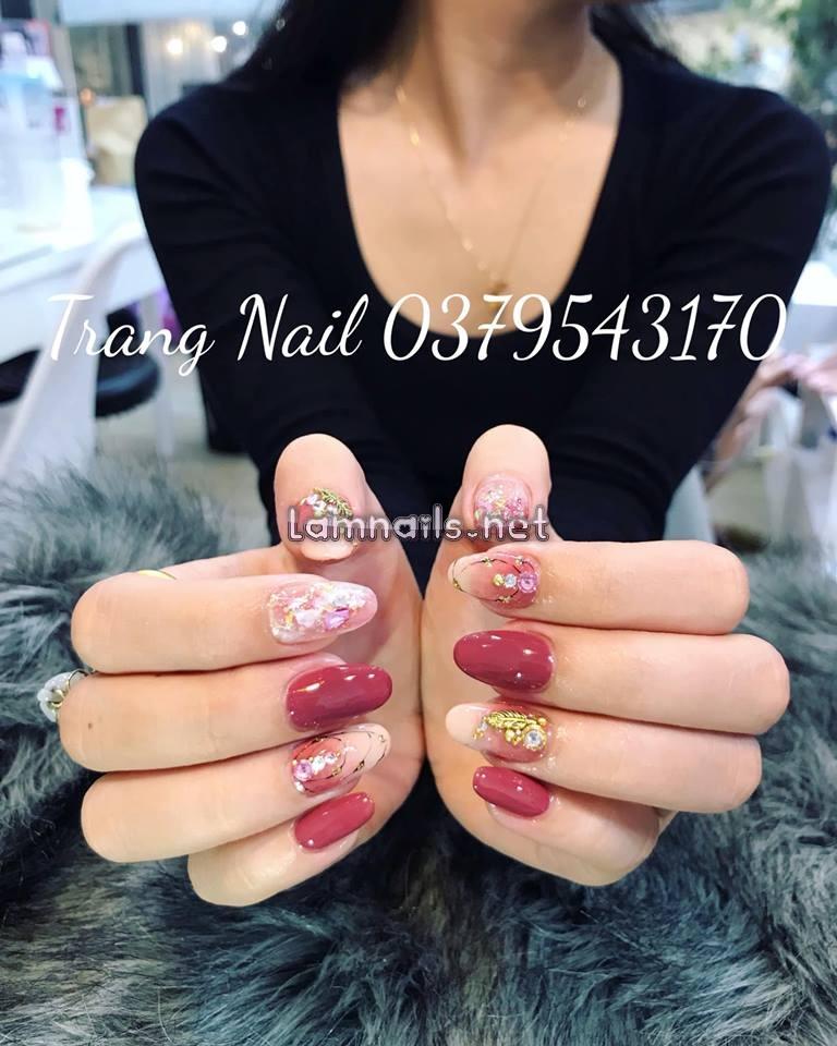 Mẫu nail kết hợp sơn gel, đá, charm vàng, giấy foil lung linh của Trang Nail
