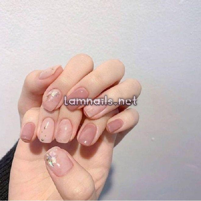mẫu nail đính đá đẹp kết hợp với sơn trơn